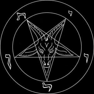 To satan-symboler i ét: vædderen og den femtakkede stjerne, hvis spids peger nedad mod jorden for at vise, at alt handler om livet her på jorden.